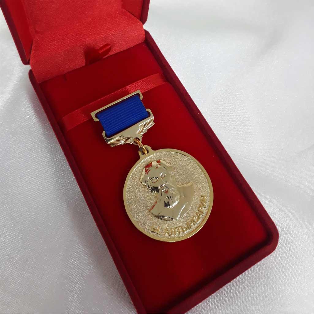 Нагрудная золотая медаль фото